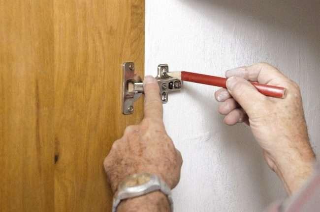 Доводчики для кухонних шаф: переваги, регулювання і установка своїми руками