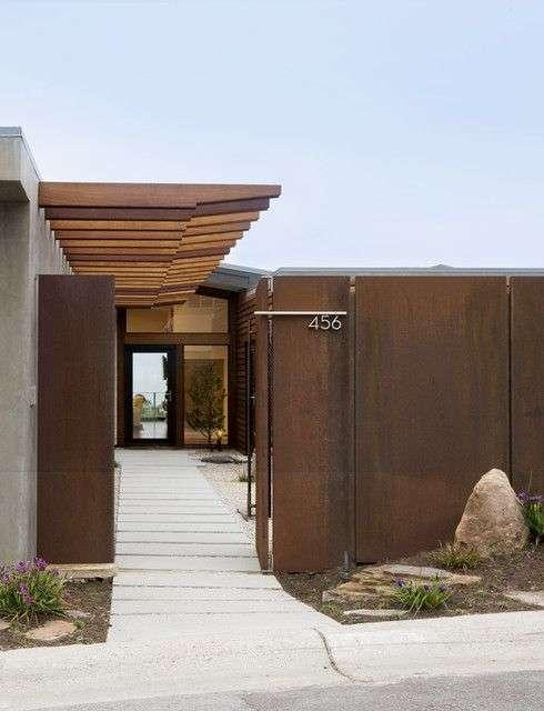 Металеві розпашні ворота з хвірткою (44 фото): особливості вибору та встановлення