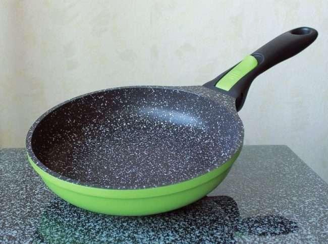 Сковорода з камяним покриттям: переваги, критерії вибору та поради по догляду