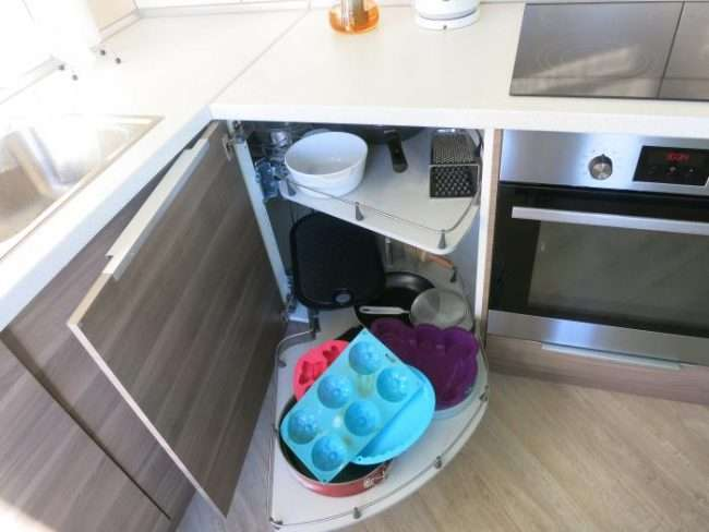 Кутова тумба під мийку на кухню: розміри, види і 70 варіантів зручного розміщення