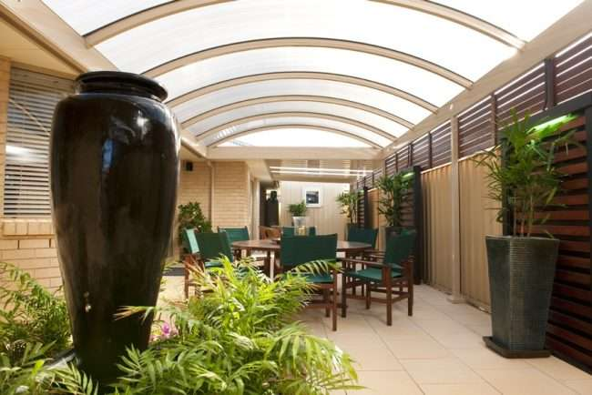 Прибудована до будинку веранда з полікарбонату: особливості зведення та 70+ стильних і надійних конструкцій