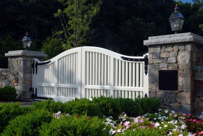 Автоматичні ворота з дистанційним відкриттям: поради щодо вибору та всі хитрощі благоустрою території приватного котеджу і гаража