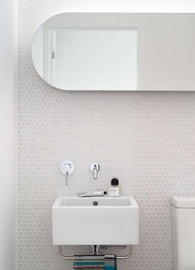 Біла мозаїка у ванній кімнаті: 80+ інтерєрних втілень колірного пуризму і чистоти