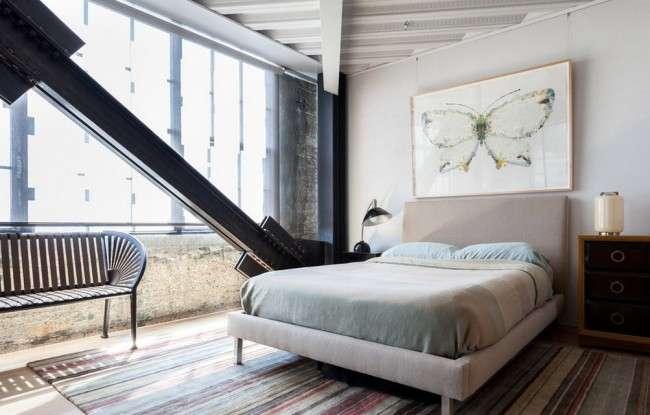 За счет присоединения лоджии в разы увеличится количество естественного освещения и появится дополнительное место для кресла или, к примеру, дивана с откидными сиденьями для дополнительного хранения вещей. А если отойти от привычных прямых углов, как в отделке потолка спальни на фото - становится доступна любая визуальная игра с пространством для создания эффекта еще большего простора