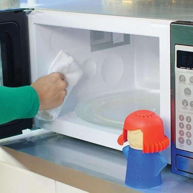 Як швидко помити мікрохвильовку всередині: корисні лайфхаки для безкомпромісної чистоти