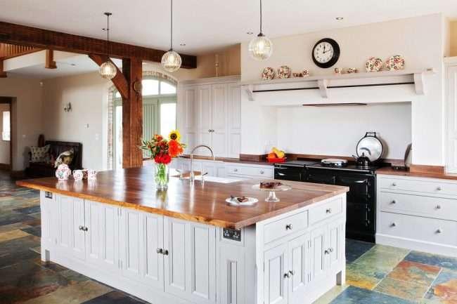 Біла кухня з деревяною стільницею: 70 кращих реалізацій в стилі контемпорарі, кантрі і мінімалізм