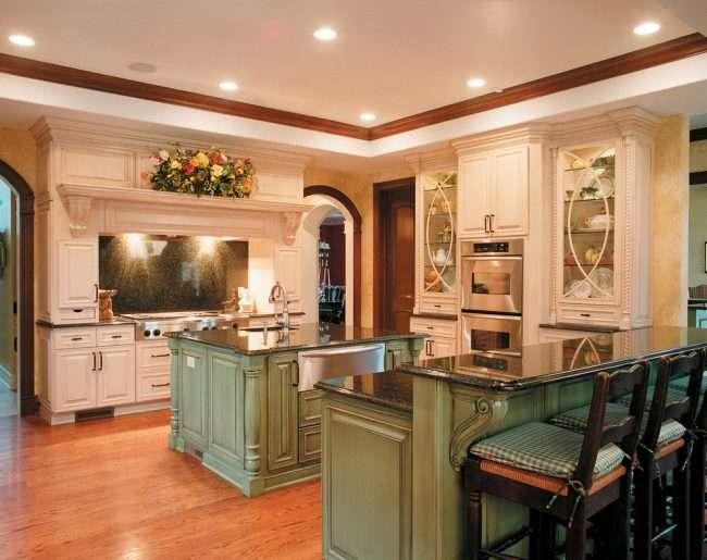 Світлі кухні з патиною: позачасова класика і 85 обраних інтерєрних сполучень