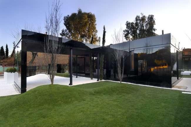 Модульное строительство предполагает и экстерьер, вдохновленный, например, постмодернизмом или футуристическим течением в архитектуре, как этот дом от испанской студии A-Cero