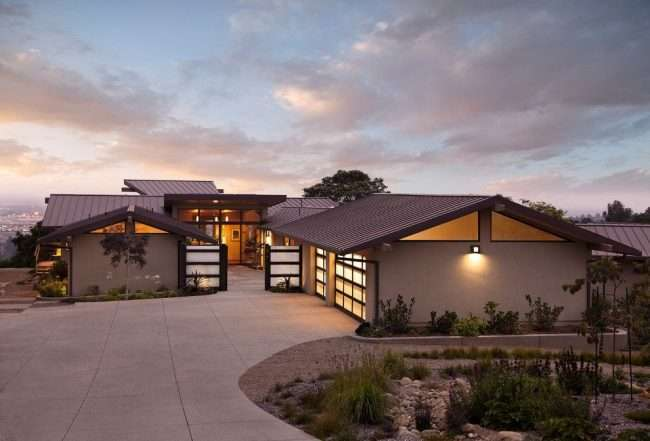 Комфортне життя за містом: огляд кращих проектів одноповерхових будинків з гаражем