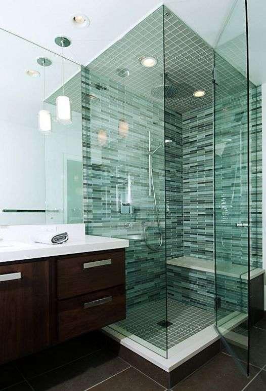 Скляна плитка для кухні та ванної: як додати інтерєру легкості і невагомості