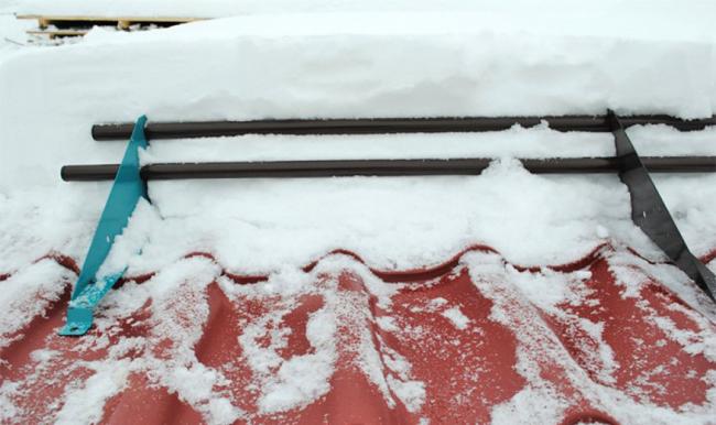 Готуємося до зими правильно: як вибрати безпечні снігозатримувачі на дах?