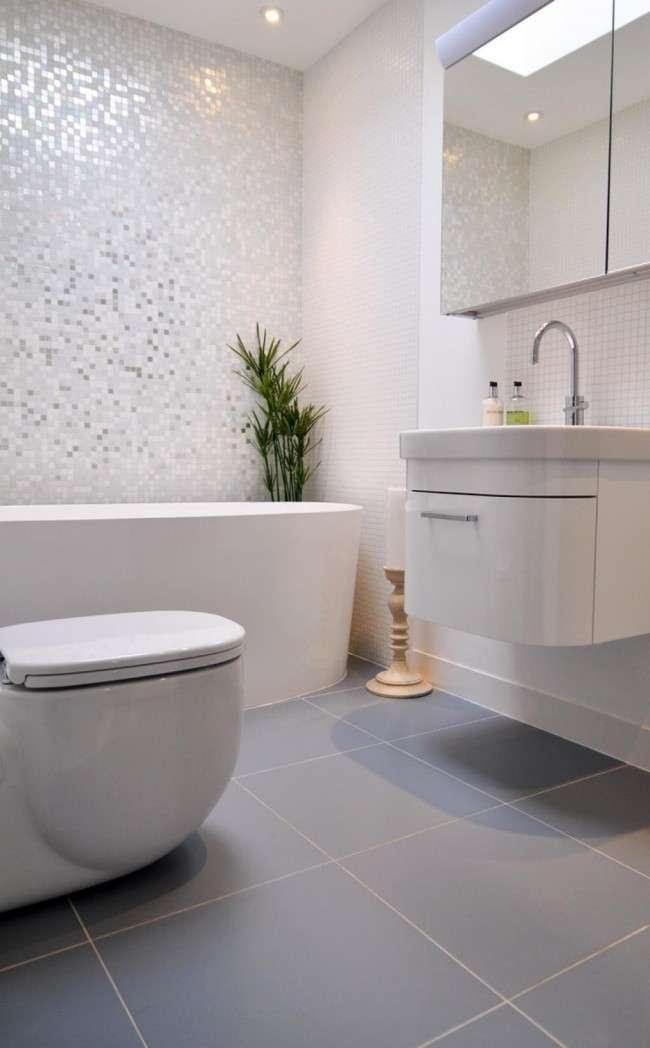 Использование мелкой плитки и мозаики даже без комбинаций вносит оживление в интерьер маленького помещения